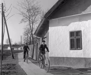 Életkép - Vidékfejlesztés - Kerékpározó iskolások