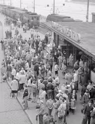 Közlekedés - Életkép - Utasok a HÉV végállomásán