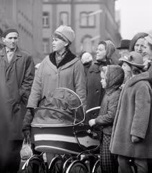 Közlekedés - Járókelők a Váci utcában