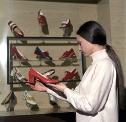 Ipar - Kereskedelem - A cipőgyár bemutatótermében