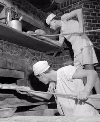 Sütőipar - Oktatás - Kemencébe rakják a tésztát az ifjú pékek
