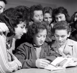 Oktatás - Fonó- és Szövőipari Tanuló Iskola a Lőrinci Fonóban