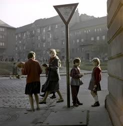 Életkép - Beszélgető gyerekek az utcán