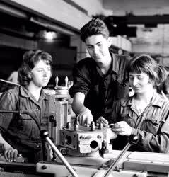 Ipar - Oktatás - Diákok a gyárban