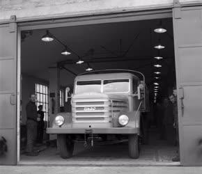Ipar - Kész teherautó a Csepel Autógyár kikészítőüzeméből