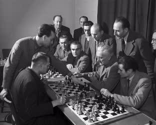 Sport - Személy - Portisch Lajos sakknagymester oktatást tart