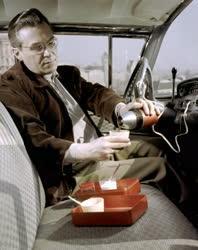Reklám - Gépkocsiban használható kávéfőző
