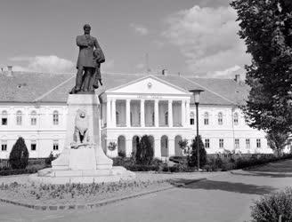 Szobrászat - Kossuth Lajos szobra a Szécheniy téren