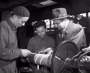 Ipar - Tanulók a Klement Gottwald Villamossági Gyárban