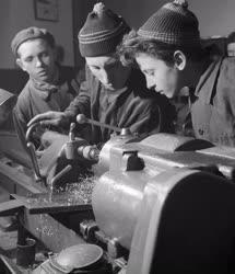 Ipar - Tizenöt éves ipari tanulók
