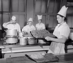 Oktatás - Szakács- és pincér tanulók a szegedi Hági Étteremben