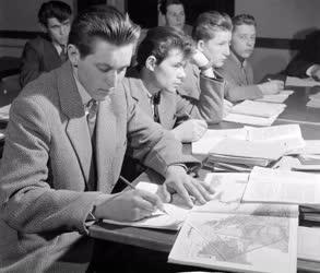 Oktatás - Gimnázium a munkássszálláson