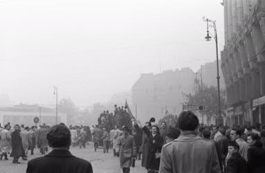 Belpolitika - 56-os forradalom - Tüntetők a Tanács körúton