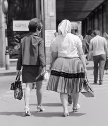 Városkép-életkép - Járókelők  Budapesten