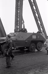 Ötvenhat emléke - Páncélkocsi a Szabadság hídon