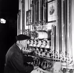 Ipar - Kiváló dolgozó - A mérőműszereket ellenőrzi a Hidroxigén Gyár dolgozója