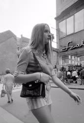 Életkép - Járókelő a Váci utcában