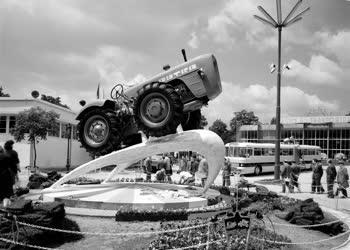 Kiállítás - Dutra traktor az Ipari Vásáron
