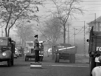 Közlekedés - Budapesti forgalomirányító rendőr
