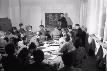 Oktatás - Az MTH 9. sz. Autószerelő tanintézete