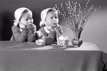 Húsvét - Kislányok ünnepi dekorációval