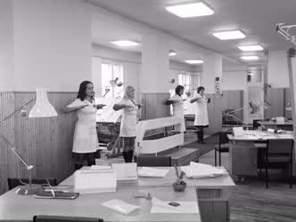 Ipar - Életkép - Tornagyakorlat az ÉLGÉP irodai dolgozóinak