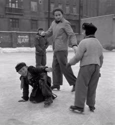 Szórakozás - Téli életképek - Korcsolyázó gyerekek