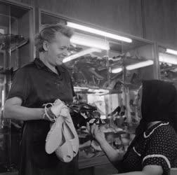Kereskedelem - A Tiszakécskei Földművesszövetkezet cipőboltja