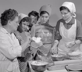 Oktatás - Háziasszonyok főzőtanfolyama