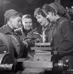Ipar - Női szocialista brigád a Gábor Áron Vasöntödében