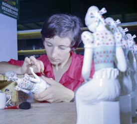 Ipar - Porcelánfestés - Hollóházi figurák