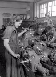 Ipar - Új élmunkások az Ikarus-gyárban