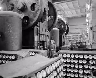 Ipar - Készülnek az autoszifonok a Jászberényi Hűtőgépgyárban