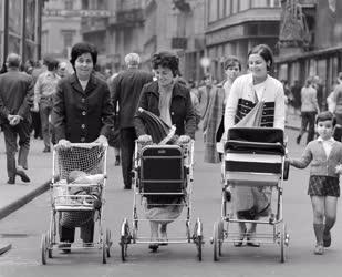 Életvitel - Anyukák babakocsival