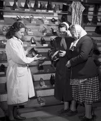 Kereskedelem - Cipőbolt Tápiószelén