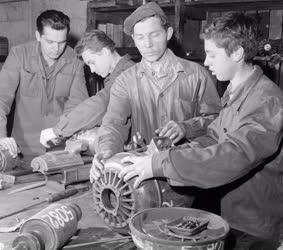Oktatás - Gimnazisták oktatása gyárban