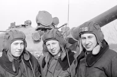 Belpolitika - Honvédelem - Katonák harcászati bemutatón