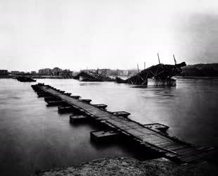 Történelem - Közlekedés - Ideiglenes pontonhíd a Dunán