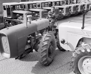 Járműipar - D-4-K traktorok a Vörös Csillag traktorgyárból