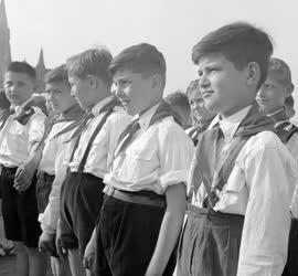 Ifjúság - Felavatott úttörők