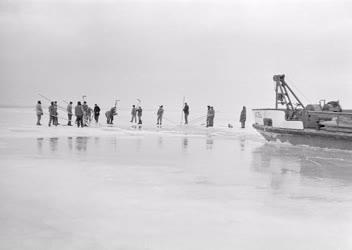 Időjárás - Hajómentés a hirtelen befagyott Balaton