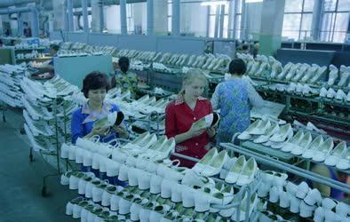 Ipar - Könnyűipar - A Minőségi Cipőgyár