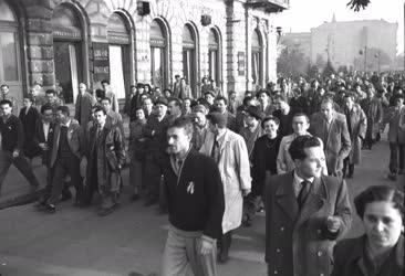 Ötvenhat emléke - Tüntető tömeg vonul Budapesten