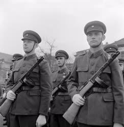 Belpolitika - Április 4. - Katonai díszszemle