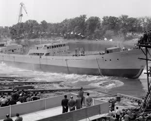 Ipar - Közlekedés - Csepel tengerjáró hajó vízrebocsátása