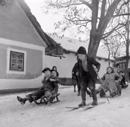 Városkép-életkép - Szánkózó falusi gyerekek