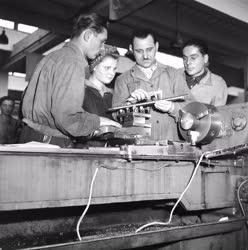Ipar - Ipari tanulók a Rákosi Művekben