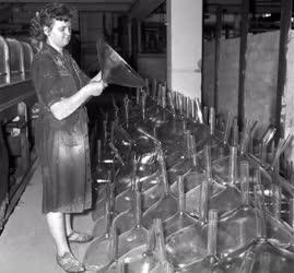 Ipar - Televíziós képcsőbura a Nagykanizsai Üveggyárból