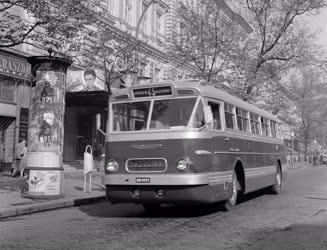 Közlekedés - Új Ikarus 66 típusú farmotoros autóbusz