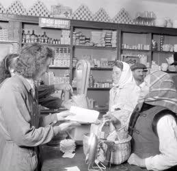 Kereskedelem - A földműves-szövetkezet boltjában